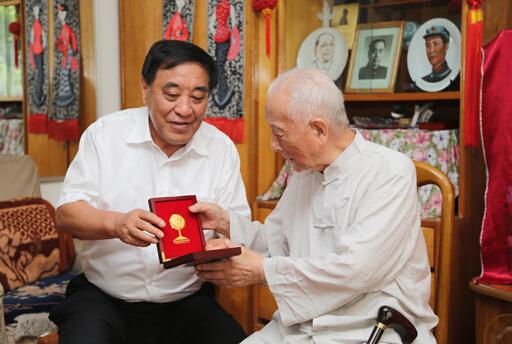 """抗战胜利70周年纪念章献给""""老纺织"""""""